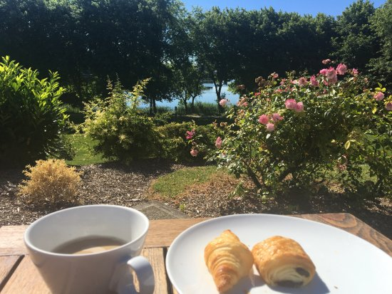 Créteil, France : Breakfast with Lake View