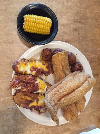 Winfield, Αλαμπάμα: Lunch- Catfish with Coach's taters and Corn- Excellent Fish