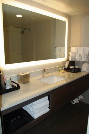 Holiday Inn Denver Lakewood: New bathrooms are clean and fresh!
