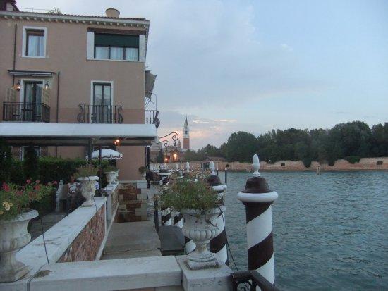 ヴェニチアのサンマルコ広場の絵のような景色を背に向かう優雅なリゾートホテル。本当に素晴らしい!