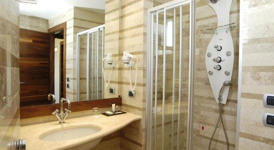 Tritone Hotel: bathroom