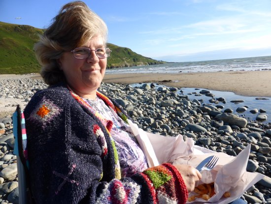 Fairbourne, UK: Fish n chips on the beach.