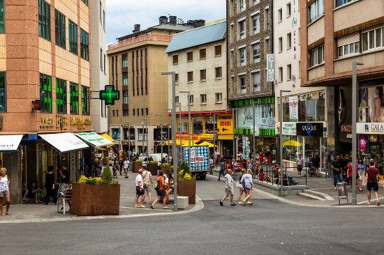 Encamp, Andorre : Shoppind en El Pas de la Casa / Shopping au Pas de la Casa