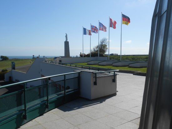 Arromanches-les-Bains, Frankrig: Looking from Arromanches 360 promenade towards memorial