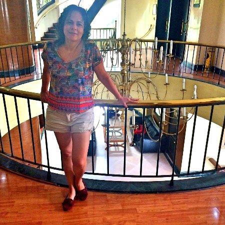 Hotel Porton Medellin: candelabro lindo numa claraboia entre a recepção e o restaurante