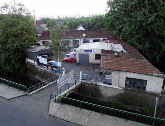 Na Zamecku : Vue sur le garage situé en face d' lhôtel