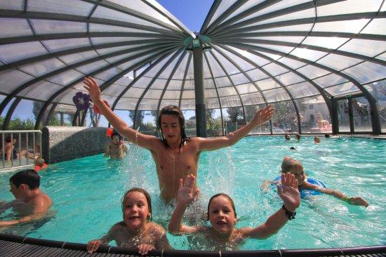 Camping International Le Raguenes Plage : Piscine couverte