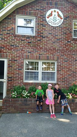 Willow Street, Πενσυλβάνια: Kids in front of Braeburn Cottage!