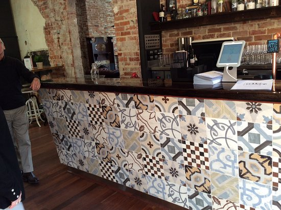 Guildford, Austrália: Reused tiles and timber used on these bars.