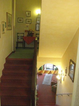 هوتل فيلا كينزيكا: stairs to reception