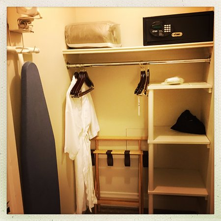 Warwick New York Hotel: dedicated room for luggage etc