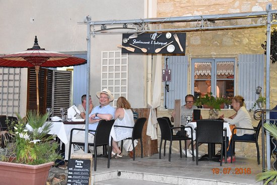 Saint-Maximin, France: Enjoying our meal on the large outside terrace in beautiful weather