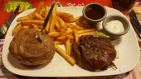 Slicy Beef accompagné de ses frites et de sa pomme de terre (superposition de tranches de boeuf)