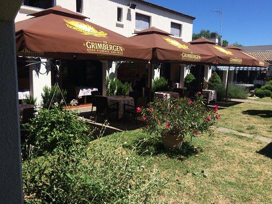 Vue de l 39 entr e photo de brasserie restaurant le village for Brasserie le jardin