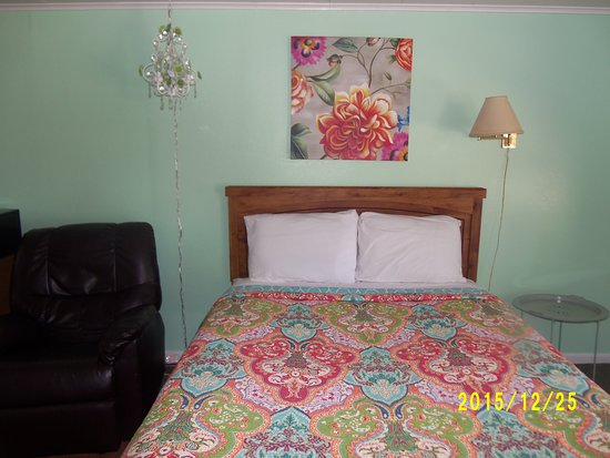 Greybull, WY: Room 12, 2 beds, full, queen