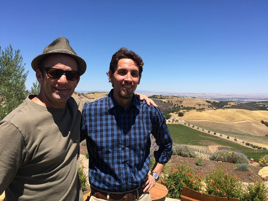 Paso Robles, Califórnia: We received exceptional service from Alejandro (in the blue).