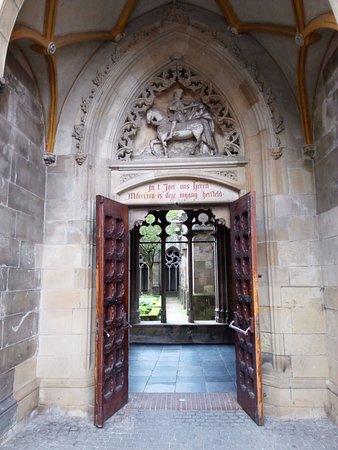 Dom Tower: entrada al claustro desde la plaza