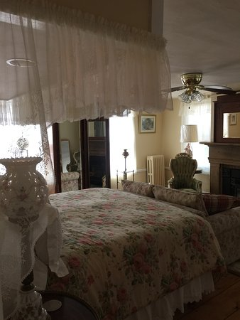 The Red Hook Country  Inn: Room 5 Queen Anne newly renovated 2016