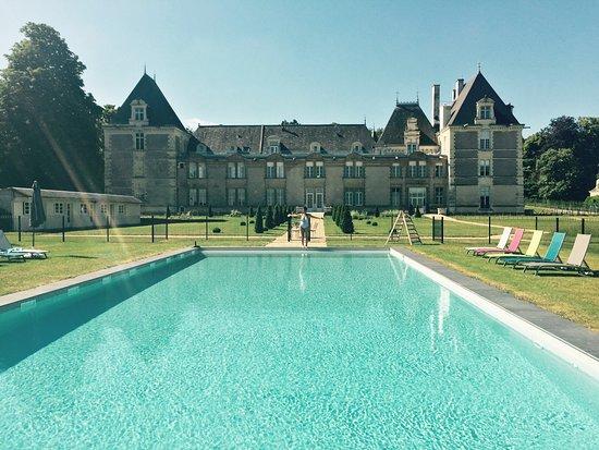 Vernantes, França: la piiscine de 20 mètres de long ! avec en prime une vue sur le château