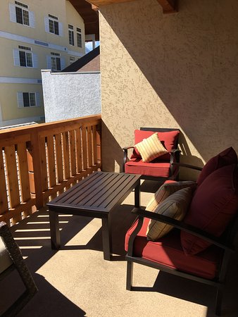 Obertal Inn: Large kitchen and spacious outdoor balconies in the Townhouses