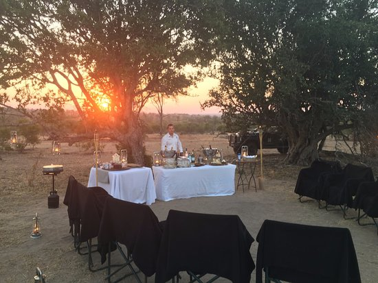 Londolozi Private Game Reserve, Sudáfrica: Rob at the ready for our sunset wine tasting