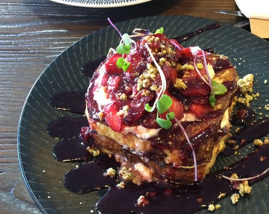 Lakes Entrance, Austrália: Brioche French toast with strawberries and creme fraiche.
