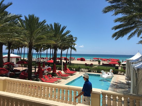 Acqualina Resort & Spa on the Beach: Alfresco dining at Acqualina