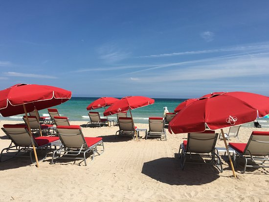 Acqualina Resort & Spa on the Beach: Beach Side Service at Acqualina