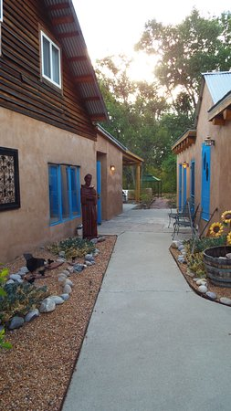Chimayo, New Mexiko: Side walkway on the grounds