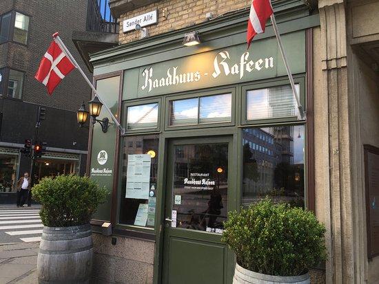 Raadhuus Kafeen: Außen