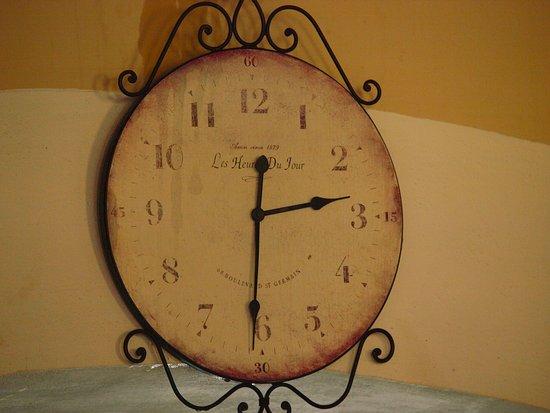 Izamal, Mexico: antiguo reloj que preside la entrada al restaurante