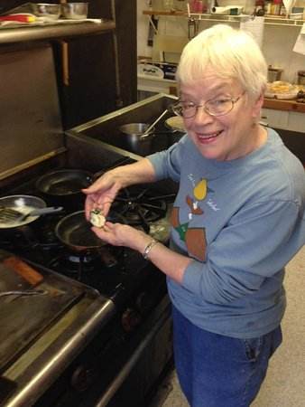 Tokeland, Ουάσιγκτον: Host Katherine White prepares Oyster Eggs Benedict.