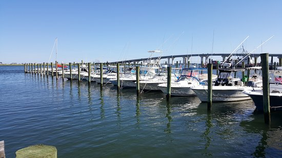 Somers Point, Nueva Jersey: Docks behind Smitty's with the bridge going to Ocean City in the background