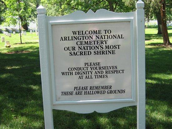 John F. Kennedy Grave Site : Här möts man av denna information.
