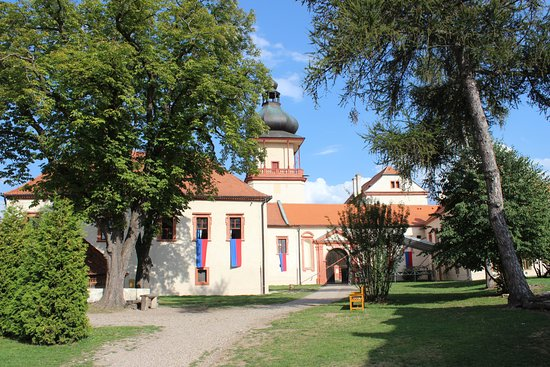 Louny, Tsjechië: Zámecké nádvoří s věží.