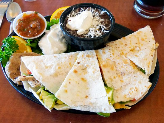Los Gatos, Kalifornia: My go to dish: The Chicken Quesadilla. Great sala and lots of sour cream. The black beans are a
