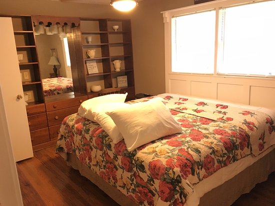 Pinewood Cabins: King Size Bed