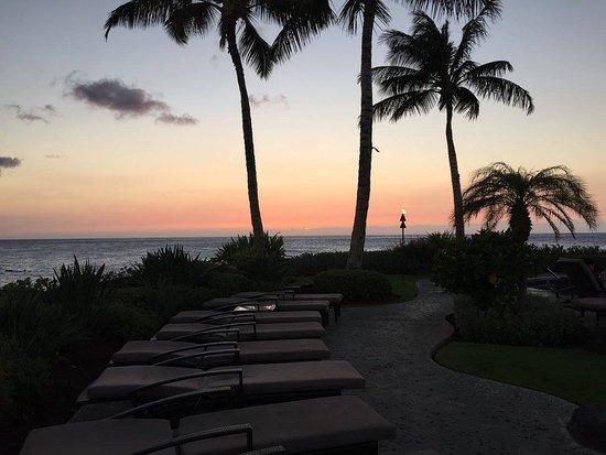 Halii Kai Resort at Waikoloa Beach: Sunset by the pool