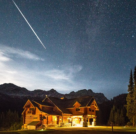 Fernie, Kanada: Star trails over the lodge