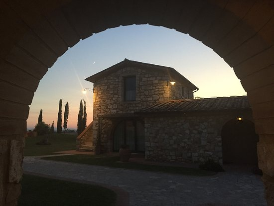 Serre di Rapolano, Italien: The sunsets with wine is all that is needed here