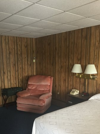 Hillsville, VA: Room with queen size bed