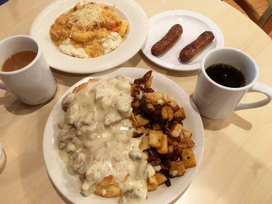 Snowshoe, فرجينيا الغربية: Sunday Brunch--shrimp & grils; biscuits & gravy with fried potatoes
