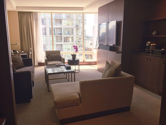 Shangri-La Hotel Toronto: One Bedroom Deluxe Suite - Separated Living Room w/ Entry
