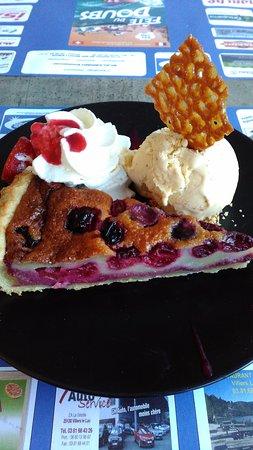 Villers-le-Lac, ฝรั่งเศส: Tarte du jour -Cerise et glace vanille-  5 euros    juillet 2016