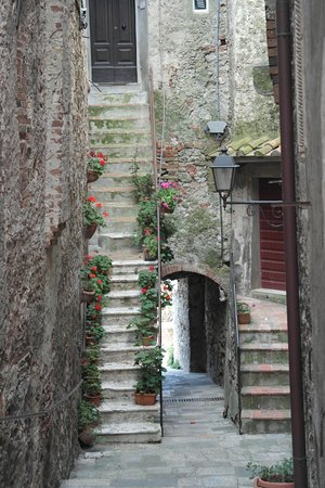 Capalbio, Italie : One of the many picturesque alleys