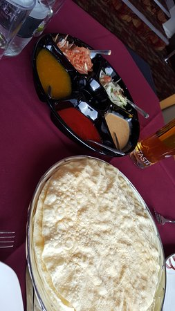 Westhoughton, UK: poppadum and chutney tray