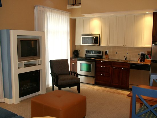 Summerland, Canadá: Studio Suite - Kitchen & Living Room