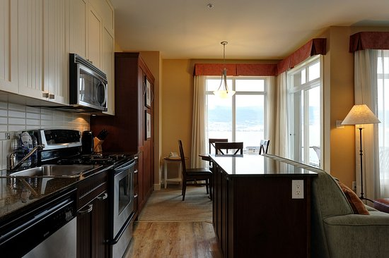 Summerland, Canadá: One Bedroom Suite - Kitchen
