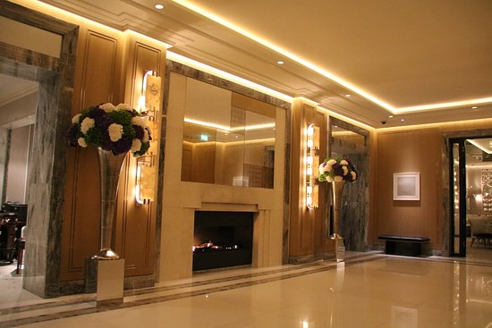 Entrance lobby picture of the berkeley london tripadvisor for Best modern hotels in london