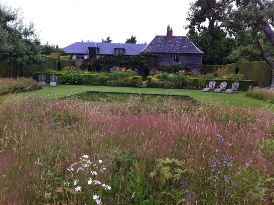 Le Jardin Plume: The Summer garden with pond